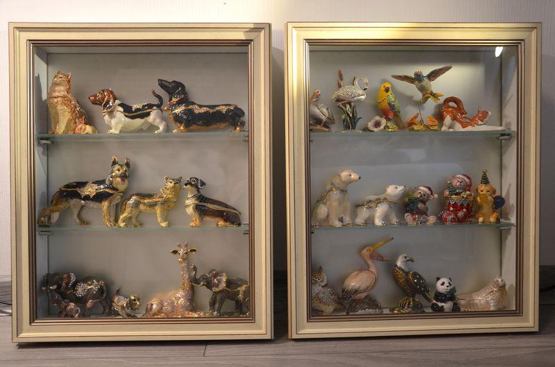 застекленные полки для коллекции фигурок животных